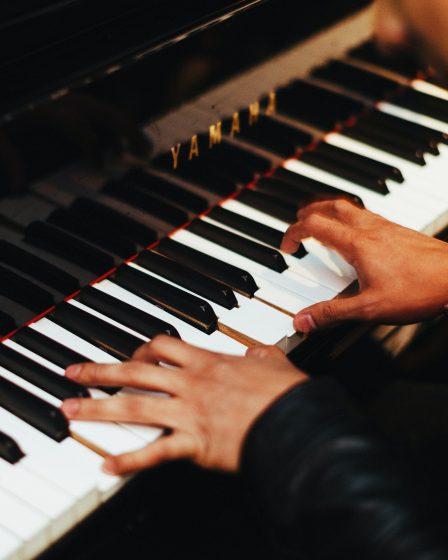 homme qui joue du piano