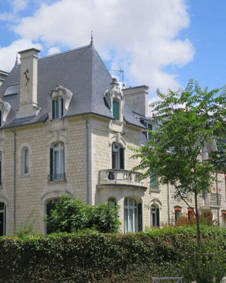Pour organiser une réunion, un séminaire, une formation, un after work ou encore un cocktail, les Ateliers Andrea sont situés dans une magnifique bâtisse de 1904, idéalement située à proximité du centre ville dans le cœur historique de La Rochelle